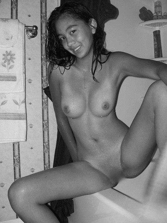 【外人】東南アジアの純朴巨乳少女がセルフヌード自画撮りした素人ポルノ画像 371