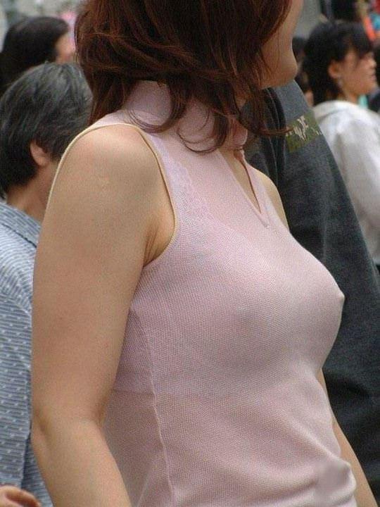 【外人】ノーブラで透け乳首ポッチしてる世界の常識おっぱい街撮りポルノ画像 392