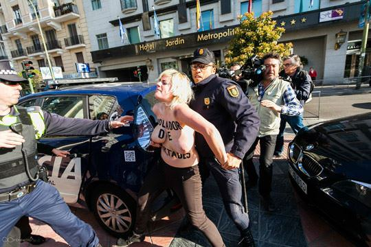 【外人】女性社会活動家グループFEMENの金髪美女がおっぱい丸出しで逮捕されてるポルノ画像 418