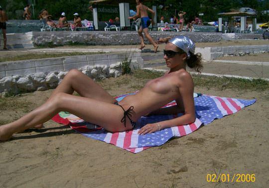 【外人】子供達が遊ぶビーチでトップレスになるビキニお姉さんのおっぱい露出ポルノ画像 488
