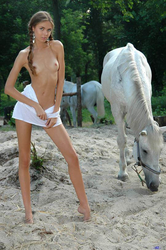 【外人】とてつもなく可愛い森の妖精の美少女が白馬と戯れ野外露出ポルノ画像 5100