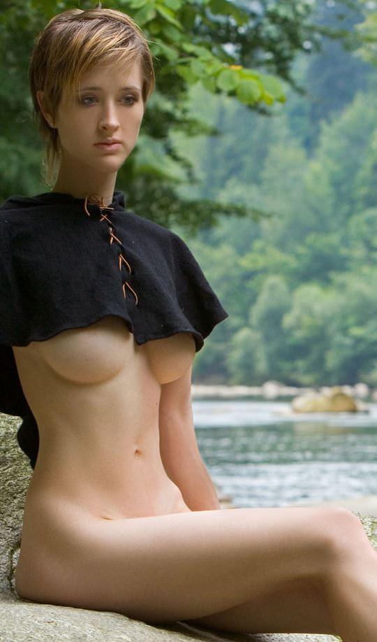 【外人】ボーイッシュな魔女が森でローブを脱いで野外露出するコスプレポルノ画像 5115