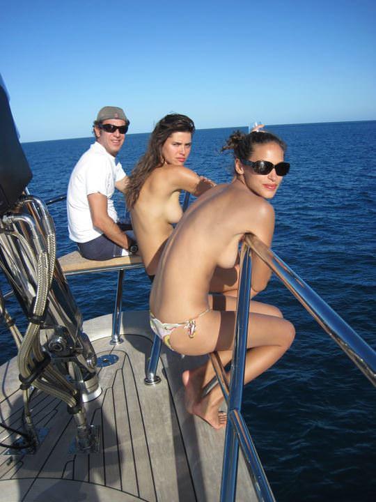 【外人】ヨットの上でトップレスになるカナダ人モデルのゾーイ・デュシェーヌ(Zoe Duchesne)のおっぱいポルノ画像 513