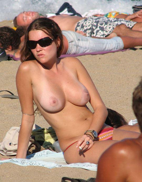 【外人】視姦や盗撮に気がつかないヌーディストビーチの巨乳おっぱい素人娘のポルノ画像 536