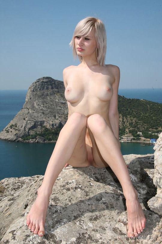 【外人】真っ白で金髪の神々しい白人美女ヴァル(Val D)岸壁でフルヌードポージングする野外露出ポルノ画像 559