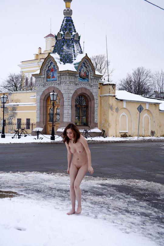 【外人】極寒ロシアの田舎町で全裸になってる露出狂パイパン美少女のポルノ画像 634