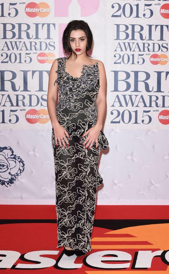 【外人】イギリスBRIT・アワード2015で歌手チャーリー・エックス・シー・エックス(Charli XCX)の巨乳横乳ポルノ画像 638