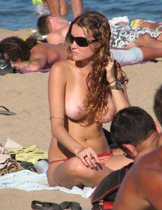 【外人】視姦や盗撮に気がつかないヌーディストビーチの巨乳おっぱい素人娘のポルノ画像 726