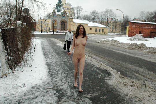 【外人】極寒ロシアの田舎町で全裸になってる露出狂パイパン美少女のポルノ画像 734