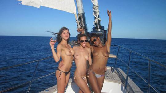 【外人】ヨットの上でトップレスになるカナダ人モデルのゾーイ・デュシェーヌ(Zoe Duchesne)のおっぱいポルノ画像 77
