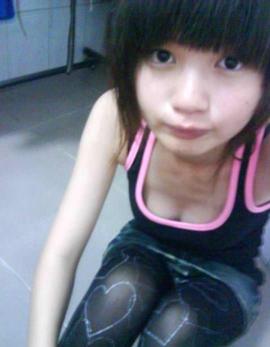 【外人】台湾ロリ娘が顔に似合わず巨乳おっぱいの谷間を自撮りするポルノ画像 772