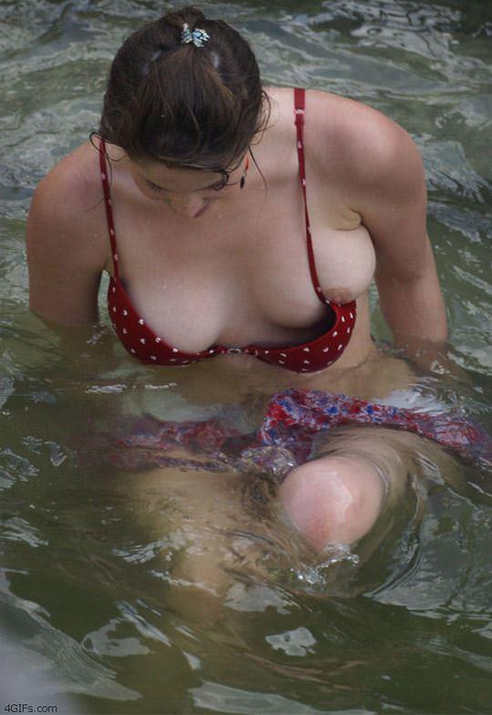 【外人】噴水で水浴びする素人白人女性の巨乳ビキニから乳首が露見しているポロリポルノ画像 784