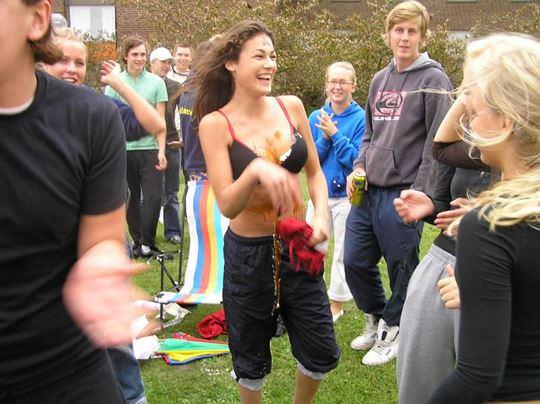 【外人】スウェーデンの女子大生がビキニや手ブラでレズってるポルノ画像 818
