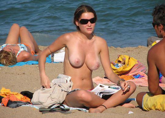 【外人】視姦や盗撮に気がつかないヌーディストビーチの巨乳おっぱい素人娘のポルノ画像 824