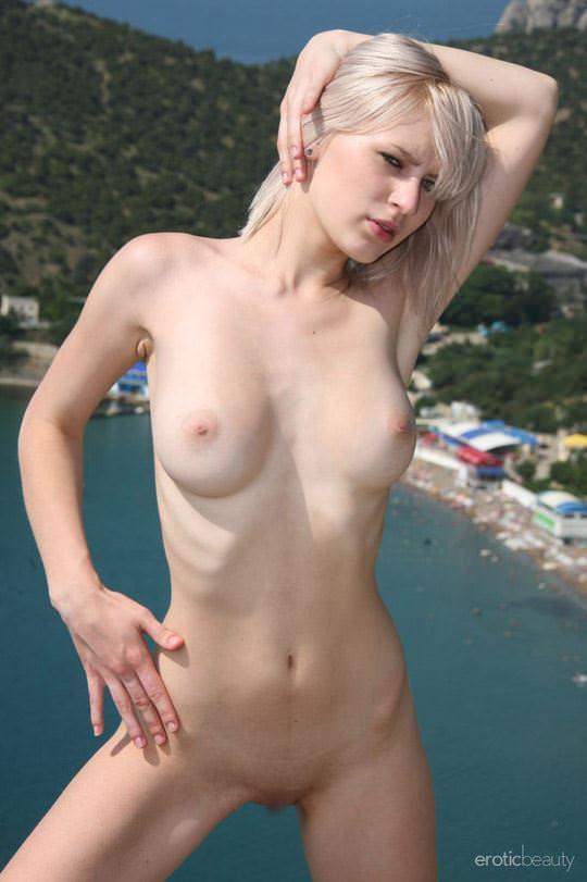 【外人】真っ白で金髪の神々しい白人美女ヴァル(Val D)岸壁でフルヌードポージングする野外露出ポルノ画像 846
