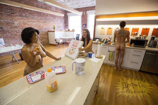 【外人】男性社員フル勃起不可避な全裸で仕事するお姉さん達のおふざけポルノ画像 865