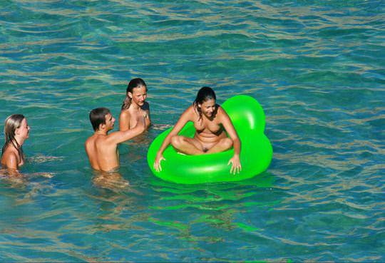 【外人】若者たちのカップルたちが海で全裸ではしゃぐ姿を望遠レンズで盗撮したポルノ画像 881
