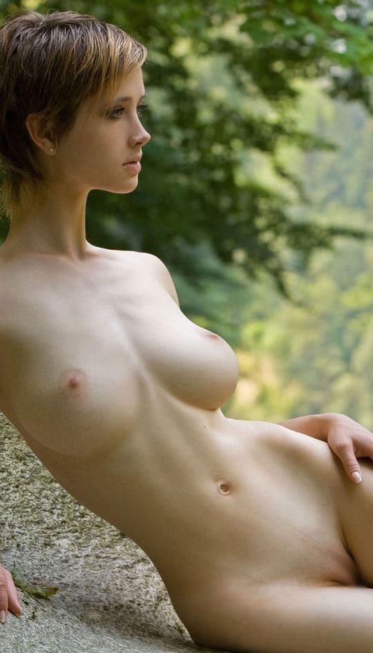【外人】ボーイッシュな魔女が森でローブを脱いで野外露出するコスプレポルノ画像 883