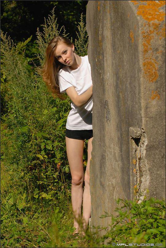 【外人】自然と一体になる野外露出ヌードモデルのリディア(Lidiya)のポルノ画像 927