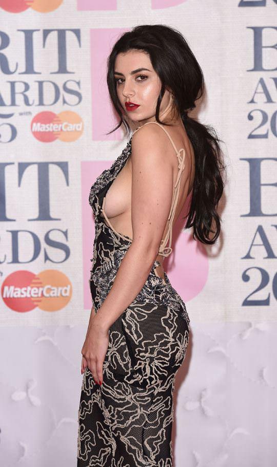 【外人】イギリスBRIT・アワード2015で歌手チャーリー・エックス・シー・エックス(Charli XCX)の巨乳横乳ポルノ画像 935