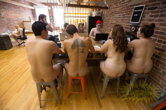 【外人】男性社員フル勃起不可避な全裸で仕事するお姉さん達のおふざけポルノ画像 964