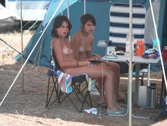 【外人】女姉妹と母親が全裸でBBQしてる所を盗撮した露出ポルノ画像 0137