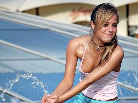 【外人】ロシアの素人娘が野外の噴水でじゃれ合っておっぱい丸見えな露出ポルノ画像 0139