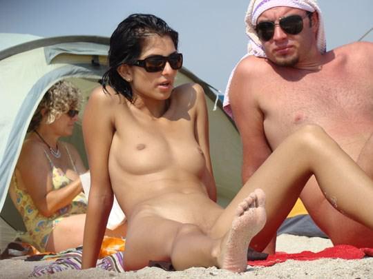 【外人】ヌーディストビーチでパイパンまんこを激写した盗撮ポルノ画像 0142