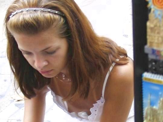 【外人】コリコリ乳首が服の隙間から覗く胸チラおっぱいポルノ画像 0151
