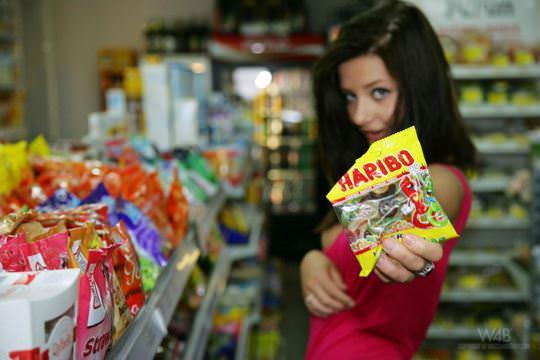 【外人】黒髪ロングの美人過ぎる海外素人美女がスーバーマーケットでオールヌード露出ポルノ画像 1108