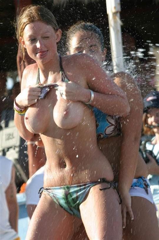 【外人】ロシアの素人娘が野外の噴水でじゃれ合っておっぱい丸見えな露出ポルノ画像 1150