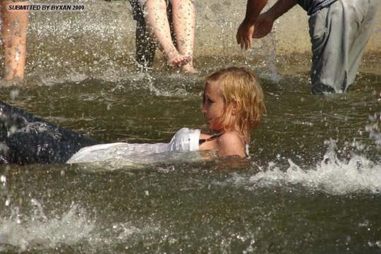 【外人】ロシアの素人娘が野外の噴水でじゃれ合っておっぱい丸見えな露出ポルノ画像 1151