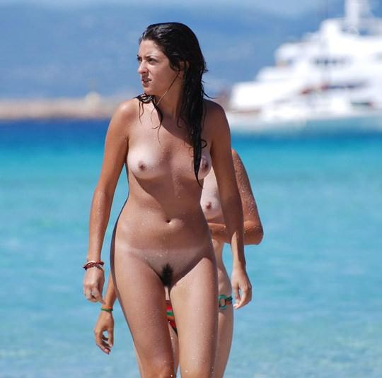 【外人】3人の激カワ素人娘をヌーディストビーチで激写したらマン毛が生えてたポルノ画像 1159