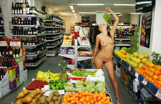 【外人】黒髪ロングの美人過ぎる海外素人美女がスーバーマーケットでオールヌード露出ポルノ画像 1223
