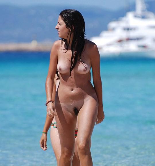 【外人】3人の激カワ素人娘をヌーディストビーチで激写したらマン毛が生えてたポルノ画像 1236