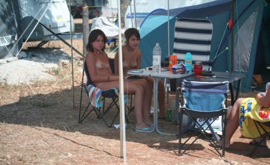 【外人】女姉妹と母親が全裸でBBQしてる所を盗撮した露出ポルノ画像 1328