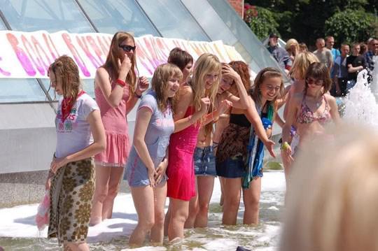 【外人】ロシアの素人娘が野外の噴水でじゃれ合っておっぱい丸見えな露出ポルノ画像 1330