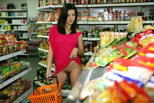 【外人】黒髪ロングの美人過ぎる海外素人美女がスーバーマーケットでオールヌード露出ポルノ画像 1420