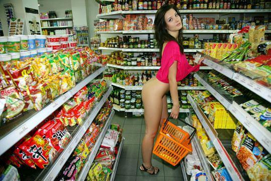 【外人】黒髪ロングの美人過ぎる海外素人美女がスーバーマーケットでオールヌード露出ポルノ画像 1520
