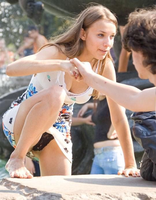 【外人】ロシアの素人娘が野外の噴水でじゃれ合っておっぱい丸見えな露出ポルノ画像 1527