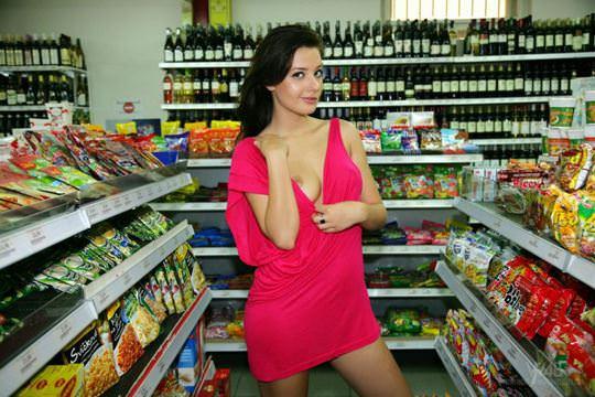 【外人】黒髪ロングの美人過ぎる海外素人美女がスーバーマーケットでオールヌード露出ポルノ画像 1619