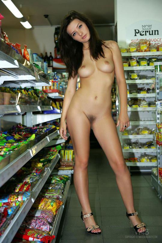 【外人】黒髪ロングの美人過ぎる海外素人美女がスーバーマーケットでオールヌード露出ポルノ画像 1717