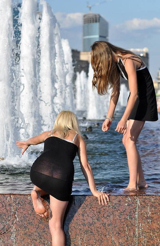 【外人】ロシアの素人娘が野外の噴水でじゃれ合っておっぱい丸見えな露出ポルノ画像 1724
