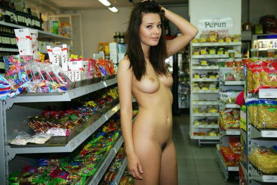 【外人】黒髪ロングの美人過ぎる海外素人美女がスーバーマーケットでオールヌード露出ポルノ画像 1816