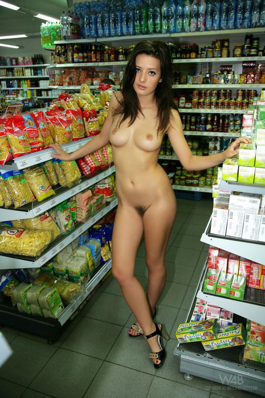【外人】黒髪ロングの美人過ぎる海外素人美女がスーバーマーケットでオールヌード露出ポルノ画像 2014