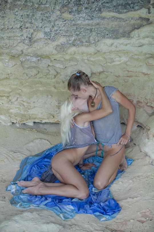 【外人】ウクライナのドスケベ美人姉妹ミレーナ(Milena D)とニカ(Nika N)が洞窟でレズエッチするポルノ画像 207