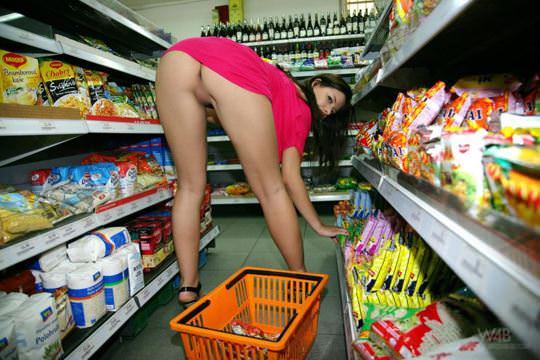 【外人】黒髪ロングの美人過ぎる海外素人美女がスーバーマーケットでオールヌード露出ポルノ画像 2103