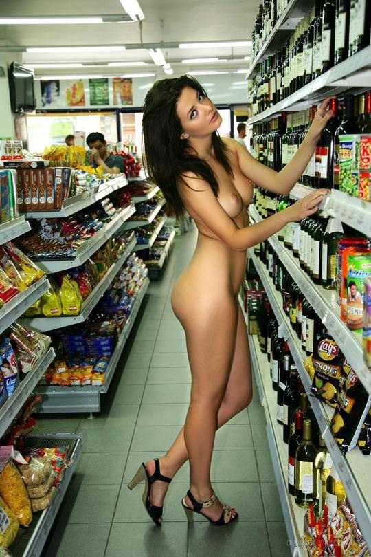 【外人】黒髪ロングの美人過ぎる海外素人美女がスーバーマーケットでオールヌード露出ポルノ画像 2119