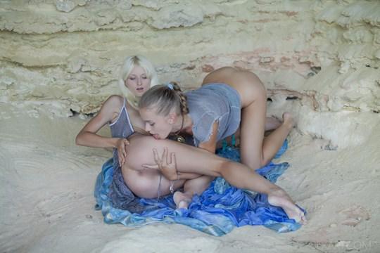 【外人】ウクライナのドスケベ美人姉妹ミレーナ(Milena D)とニカ(Nika N)が洞窟でレズエッチするポルノ画像 2211