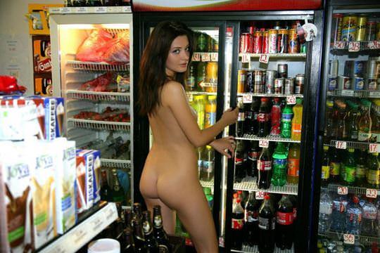 【外人】黒髪ロングの美人過ぎる海外素人美女がスーバーマーケットでオールヌード露出ポルノ画像 2218